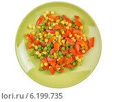 Купить «Смешанные овощи на зеленой тарелке, вид сверху», фото № 6199735, снято 29 июня 2014 г. (c) Александр Лычагин / Фотобанк Лори