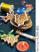 Купить «Композиция с праздничными рождественскими украшениями и вкусным печеньем», фото № 6200483, снято 22 июля 2014 г. (c) Николай Лунев / Фотобанк Лори