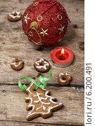 Купить «Композиция с праздничными рождественскими украшениями и вкусным печеньем», фото № 6200491, снято 22 июля 2014 г. (c) Николай Лунев / Фотобанк Лори