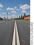 Купить «Кремлевская набережная без машин», эксклюзивное фото № 6202643, снято 20 июля 2014 г. (c) lana1501 / Фотобанк Лори
