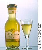 Бутылка белого вина с наполненным фужером (2013 год). Редакционное фото, фотограф Ясевич Светлана / Фотобанк Лори