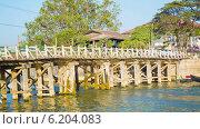 Купить «Деревянный мост через реку, Мьянма», видеоролик № 6204083, снято 4 апреля 2014 г. (c) pzAxe / Фотобанк Лори