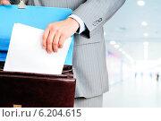 Купить «Бланк договора в мужских руках», фото № 6204615, снято 23 мая 2019 г. (c) Виталий Радунцев / Фотобанк Лори