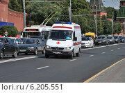 Купить «Автомобиль скорой медицинской помощи объезжает пробку по встречной полосе на Кремлевской набережной в Москве», эксклюзивное фото № 6205551, снято 26 июля 2014 г. (c) lana1501 / Фотобанк Лори