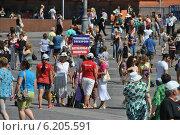 Купить «Люди на Манежной площади в Москве», эксклюзивное фото № 6205591, снято 26 июля 2014 г. (c) lana1501 / Фотобанк Лори