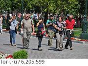 Туристы прогуливаются в Александровском саду в Москве, эксклюзивное фото № 6205599, снято 26 июля 2014 г. (c) lana1501 / Фотобанк Лори