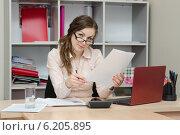 Купить «Деловая офисная девушка читает документ», фото № 6205895, снято 27 марта 2014 г. (c) Иванов Алексей / Фотобанк Лори
