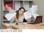 Купить «Офисный специалист с кучей бумаг», фото № 6205943, снято 27 марта 2014 г. (c) Иванов Алексей / Фотобанк Лори