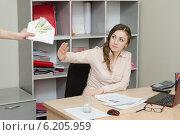 Купить «Офисный работник отказывается от взятки», фото № 6205959, снято 27 марта 2014 г. (c) Иванов Алексей / Фотобанк Лори