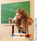 Купить «Девушка проводит химический опыт в классе», фото № 6208115, снято 18 июля 2018 г. (c) Дарья Петренко / Фотобанк Лори