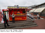 Купить «Gdansk, Poland, hot dog stand on the square in front of the main station», фото № 6216227, снято 16 августа 2008 г. (c) Caro Photoagency / Фотобанк Лори
