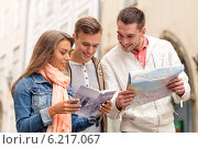 Купить «group of smiling friends with city guide and map», фото № 6217067, снято 14 июня 2014 г. (c) Syda Productions / Фотобанк Лори