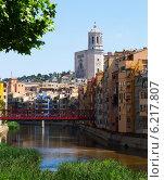 Купить «Picturesque homes on river bank in Girona», фото № 6217807, снято 12 июня 2014 г. (c) Яков Филимонов / Фотобанк Лори