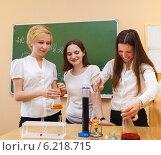 Купить «Студенты проводят опыты на уроке химии», фото № 6218715, снято 1 апреля 2020 г. (c) Дарья Петренко / Фотобанк Лори