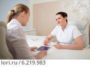 Купить «Разговор двух женщин-косметологов в кабинете», фото № 6219983, снято 17 мая 2014 г. (c) Данил Руденко / Фотобанк Лори