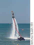 Экстремальные прыжки над водой- FlyBoard в Геленджике на празднике «День города» 26 июля 2014 года. Редакционное фото, фотограф Ерохин Валентин / Фотобанк Лори