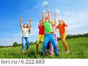 Купить «Веселые дети играют в мяч на летнем лугу», фото № 6222683, снято 8 июня 2014 г. (c) Сергей Новиков / Фотобанк Лори