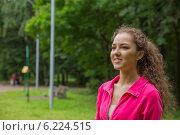 Улыбающаяся девушка в парке. Стоковое фото, фотограф Natalia Bogdanova / Фотобанк Лори