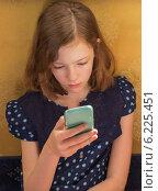 Девушка читает текст сообщения на экране смартфона. Стоковое фото, фотограф Елена Медведева / Фотобанк Лори