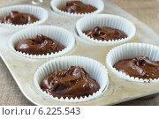 Шоколадное тесто в формочках для выпечки. Стоковое фото, фотограф Елена Медведева / Фотобанк Лори