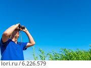 Купить «Мужчина смотрит в бинокль на фоне голубого неба», фото № 6226579, снято 13 июля 2014 г. (c) Константин Лабунский / Фотобанк Лори