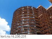 Купить «Здание в строительных лесах», фото № 6230231, снято 9 июля 2014 г. (c) Родион Власов / Фотобанк Лори