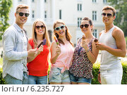 Купить «group of smiling friends with ice cream outdoors», фото № 6235727, снято 20 июля 2014 г. (c) Syda Productions / Фотобанк Лори