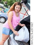 Портрет молодой женщины с покупками у багажника автомобиля. Стоковое фото, фотограф Кекяляйнен Андрей / Фотобанк Лори