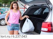 Девушка кладет пакеты с покупками в багажник автомобиля. Стоковое фото, фотограф Кекяляйнен Андрей / Фотобанк Лори