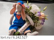 Игрушка в виде кролика со свадебным букетом. Стоковое фото, фотограф Александра Орехова / Фотобанк Лори