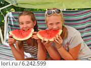 Купить «Две девочки едят арбуз», эксклюзивное фото № 6242599, снято 4 августа 2014 г. (c) Юрий Морозов / Фотобанк Лори