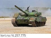 Купить «Китайский экипаж выходит на финишную прямую, танк Type 96A. Алабино, Чемпионат мира по танковому биатлону», эксклюзивное фото № 6257775, снято 6 августа 2014 г. (c) Алексей Гусев / Фотобанк Лори