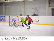 Юные хоккеисты у ворот (2013 год). Редакционное фото, фотограф Анастасия Улитко / Фотобанк Лори