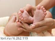 Купить «Пяточки малыша в ладонях матери», фото № 6262119, снято 11 июля 2014 г. (c) Виктор Топорков / Фотобанк Лори
