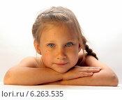 Портрет красивой девочки на белом фоне. Стоковое фото, фотограф Alexey Kizenkov / Фотобанк Лори