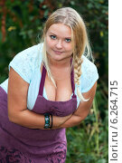 Купить «Красивая женщина с пышным бюстом стоит наклонившись вперед», фото № 6264715, снято 9 августа 2014 г. (c) Кекяляйнен Андрей / Фотобанк Лори