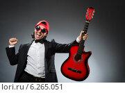 Купить «Funny guitar player in studio», фото № 6265051, снято 30 июня 2014 г. (c) Elnur / Фотобанк Лори