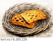 Купить «Сладкие булочки на плетёной тарелке», фото № 6265235, снято 26 сентября 2013 г. (c) ElenArt / Фотобанк Лори