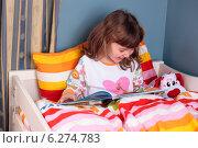 Купить «Little girl reading a book in bed.», фото № 6274783, снято 21 июля 2018 г. (c) BE&W Photo / Фотобанк Лори