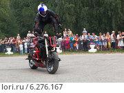 Купить «Трюки на мотоцикле в исполняет Алексей Калинин», фото № 6276167, снято 9 августа 2014 г. (c) Николай Мухорин / Фотобанк Лори