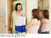 Купить «man gives gift to woman at home», фото № 6278311, снято 3 июня 2013 г. (c) Яков Филимонов / Фотобанк Лори
