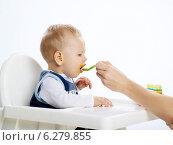 Купить «Woman feeding a little boy sitting in a highchair.», фото № 6279855, снято 7 июня 2020 г. (c) BE&W Photo / Фотобанк Лори