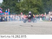 Купить «Алексей Калинин рисует на асфальте шинами своего мотоцикла», фото № 6282815, снято 9 августа 2014 г. (c) Николай Мухорин / Фотобанк Лори
