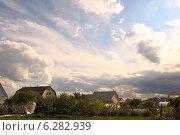 Облачно небо с пробивающимися лучами солнца в частном секторе. Стоковое фото, фотограф Анна Пикунова / Фотобанк Лори