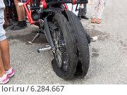 Купить «Лопнувшее колесо мотоцикла на мото-шоу», фото № 6284667, снято 9 августа 2014 г. (c) Николай Мухорин / Фотобанк Лори