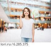 Купить «smiling little girl in white blank t-shirt», фото № 6285375, снято 30 апреля 2014 г. (c) Syda Productions / Фотобанк Лори
