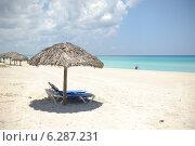 Купить «Зонтик и шезлонг на пляже Карибского моря», фото № 6287231, снято 10 июня 2014 г. (c) Александр Овчинников / Фотобанк Лори
