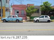 Купить «Припаркованные машины в городе Варадеро. Куба», фото № 6287235, снято 10 июня 2014 г. (c) Александр Овчинников / Фотобанк Лори
