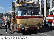 Купить «Автобус ЛиАЗ-677 на ретропараде к 90-летнему юбилею московского автобуса, проспект Академика Сахарова, Москва, 9 августа 2014», эксклюзивное фото № 6287327, снято 9 августа 2014 г. (c) lana1501 / Фотобанк Лори