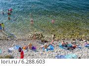 Купить «Каменистый пляж Крыма. Купание», фото № 6288603, снято 23 июля 2014 г. (c) Ирина Балина / Фотобанк Лори